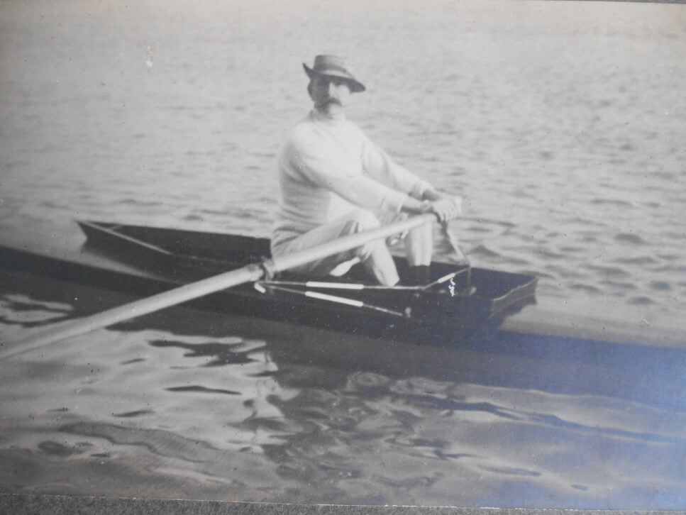 Ferdinand Coucke sur un canoë